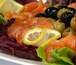 Рыбный салат со свежими овощами, оливками и сыром